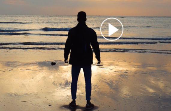 Alex Vizeo sur la plage au couché du soleil