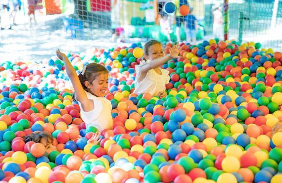 Enfants jouant dans une piscine à boules
