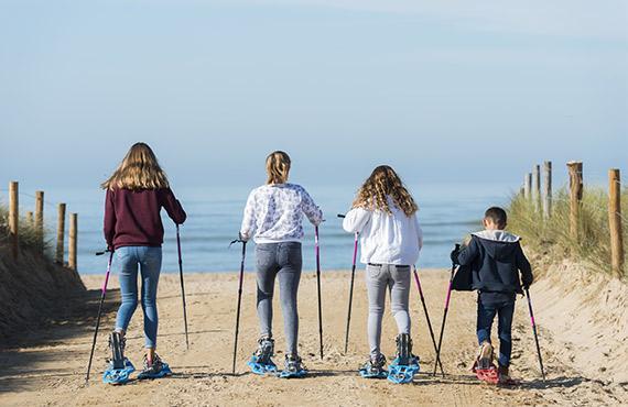 Enfants en raquette sur plage de La Barre de Monts