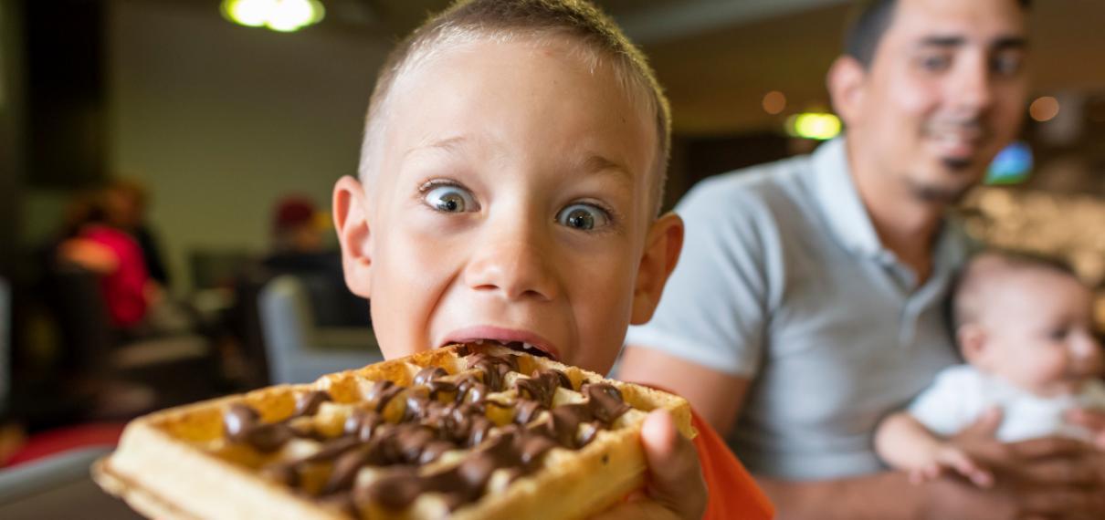 Enfant qui mange une gauffre