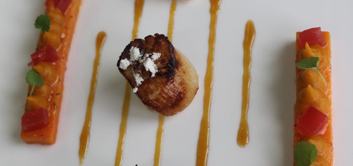 Saint Jacques, patates douces, pamplemousse et fève de Tonka