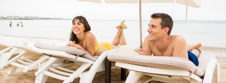 Couple sur un transat à la plage