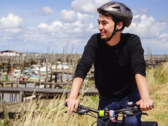 Cycliste avec un casque
