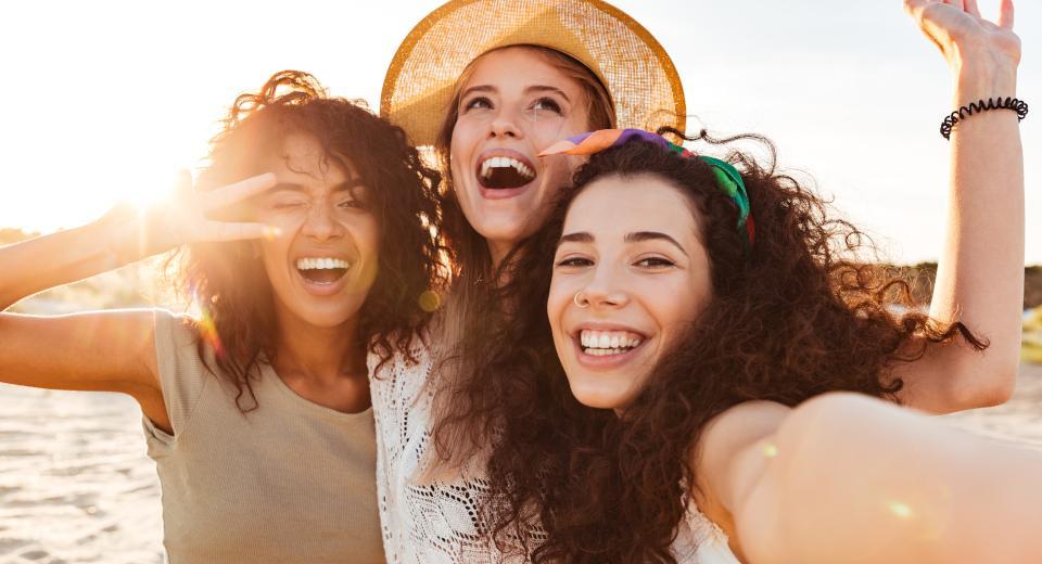 Trois femmes sur la plage au soleil