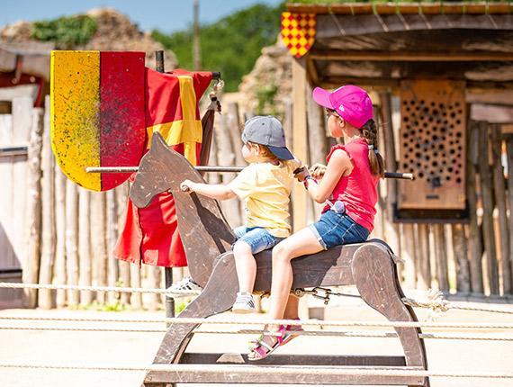 Enfants jouant au Château de Tiffauges
