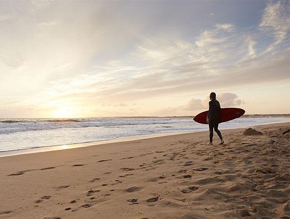 Surfeur le matin à l'aurore