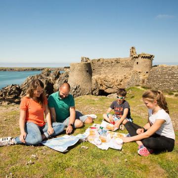 Pique-nique en famille au Vieux Château de l'île d'Yeu