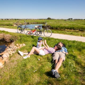 Vélo en famille dans le marais de l'île d'Olonne