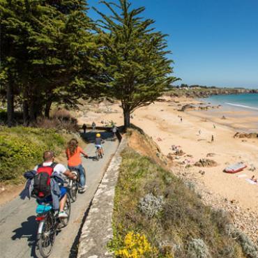 Balade à vélo le long de la plage sur l'île d'Yeu